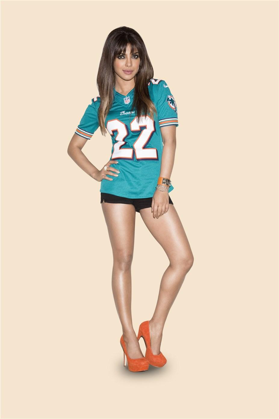 Priyanka Chopra / Приянка Чопра в униформе команды NFL Miami Dolphins / сезон 2013-14