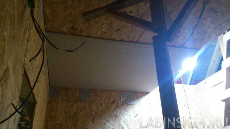 ГКЛ смонтирован к потолку при помощи крестовины из брусков