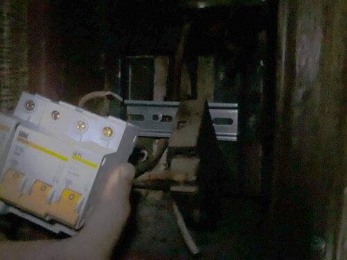 Фото 6. Установка новых автоматических выключателей на DIN-рейку в квартирном щите. На фото виден пока не демонтированный старый автомат АЕ (справа от новых автоматов).