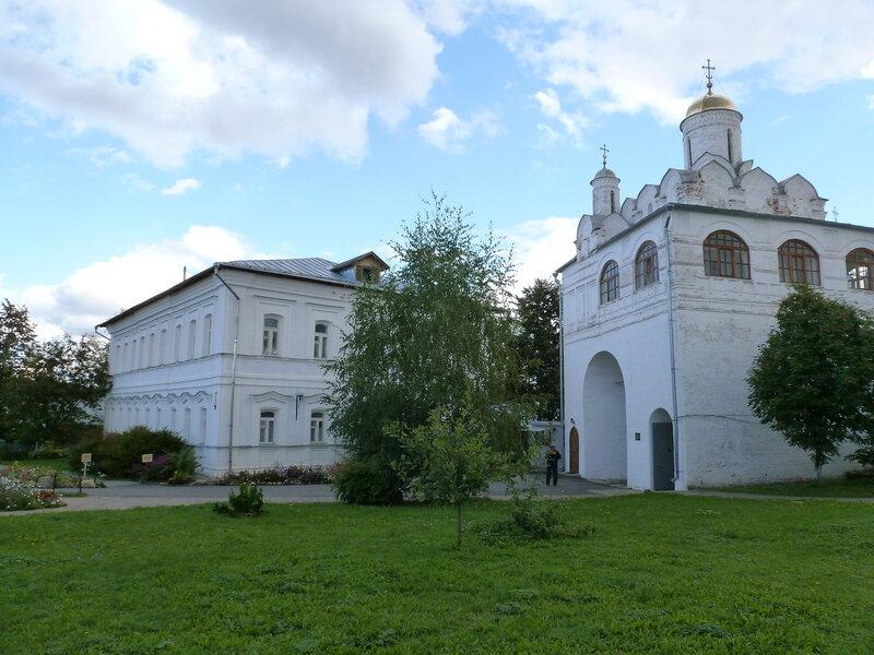 Святые ворота с Благовещенской надвратной церковью