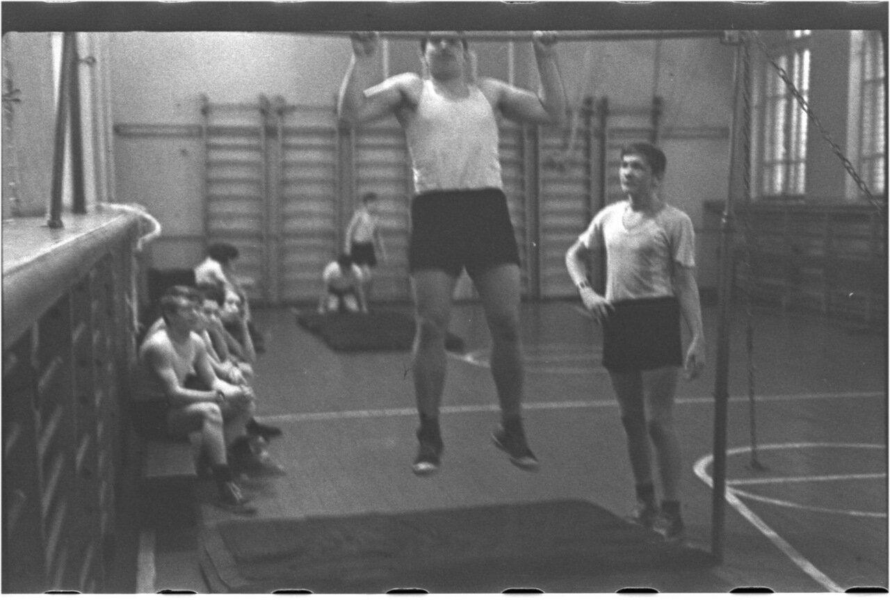 1969-70 класс 8 В. Физра.   Андрей Мануков. Боря Богомолов