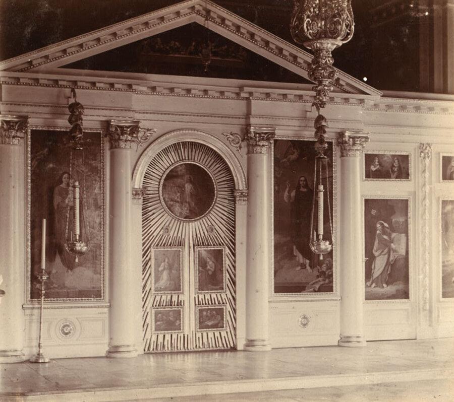 Иконостас внутри дворцовой церкви в Твери. 1911 год