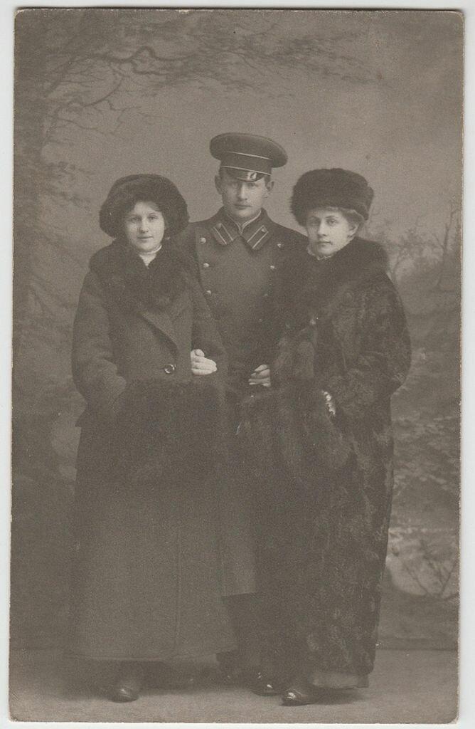 1914. Эвелина Майделл с сестрой Илзе и братом Феликсом Франком в Пярну