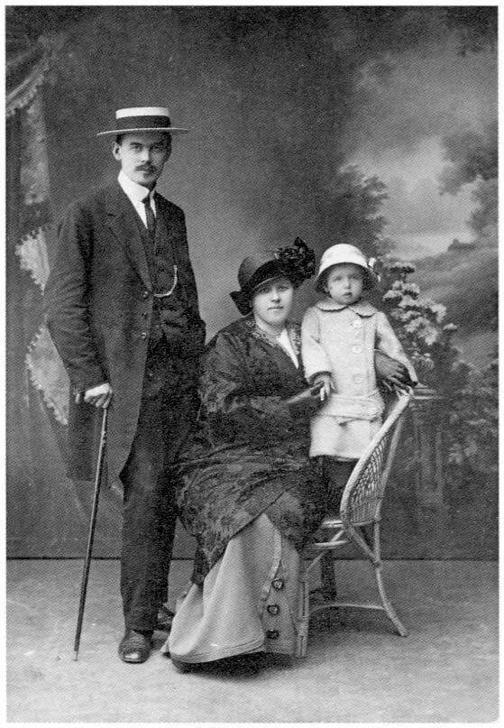1914. Супруги Соберг со старшей дочерью Галей. Архангельск.
