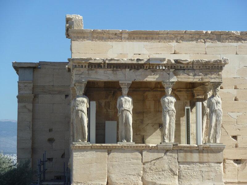 Колонны-Кариатиды (оригиналы хранятся в расположенном по соседству музее Акрополя, а одна из Кариатид - в Великобритании:)