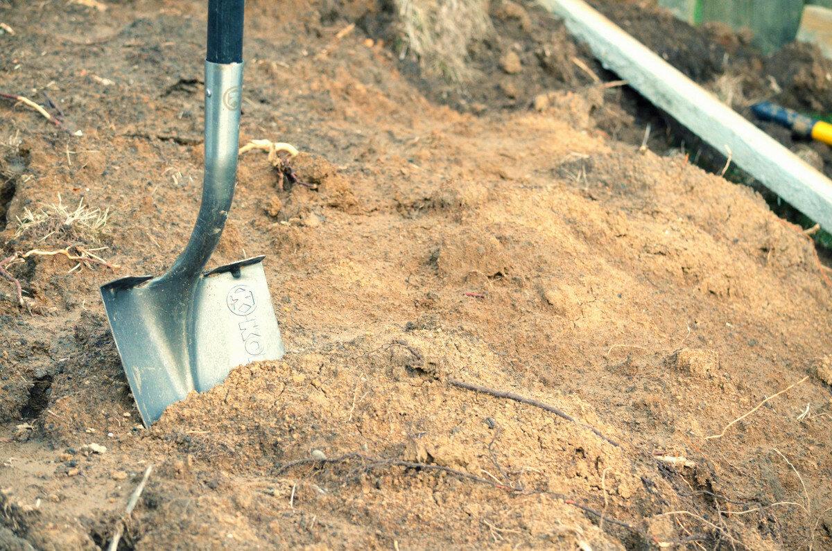 Ручная разработка грунта лопатой