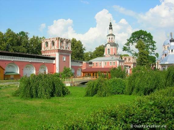 Территория Донского монастыря в Москве