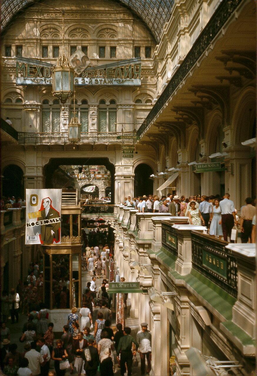 ГУМ (Государственный универсальный магазин — самый большой в стране)