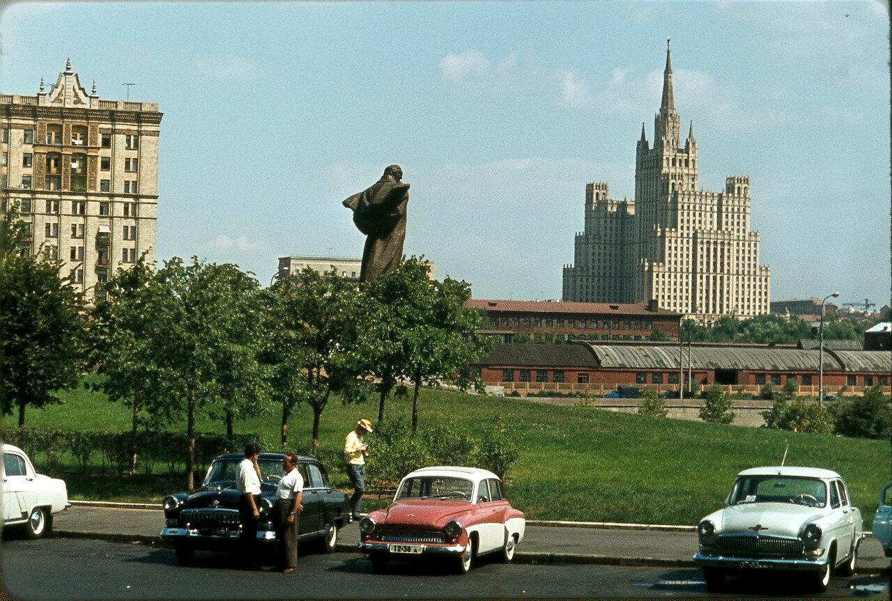 Вид на гостиницу «Украина»