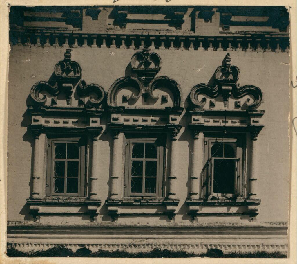 Три южных окна в храме Св. Николая Чудотворца. Не ранее 1912.