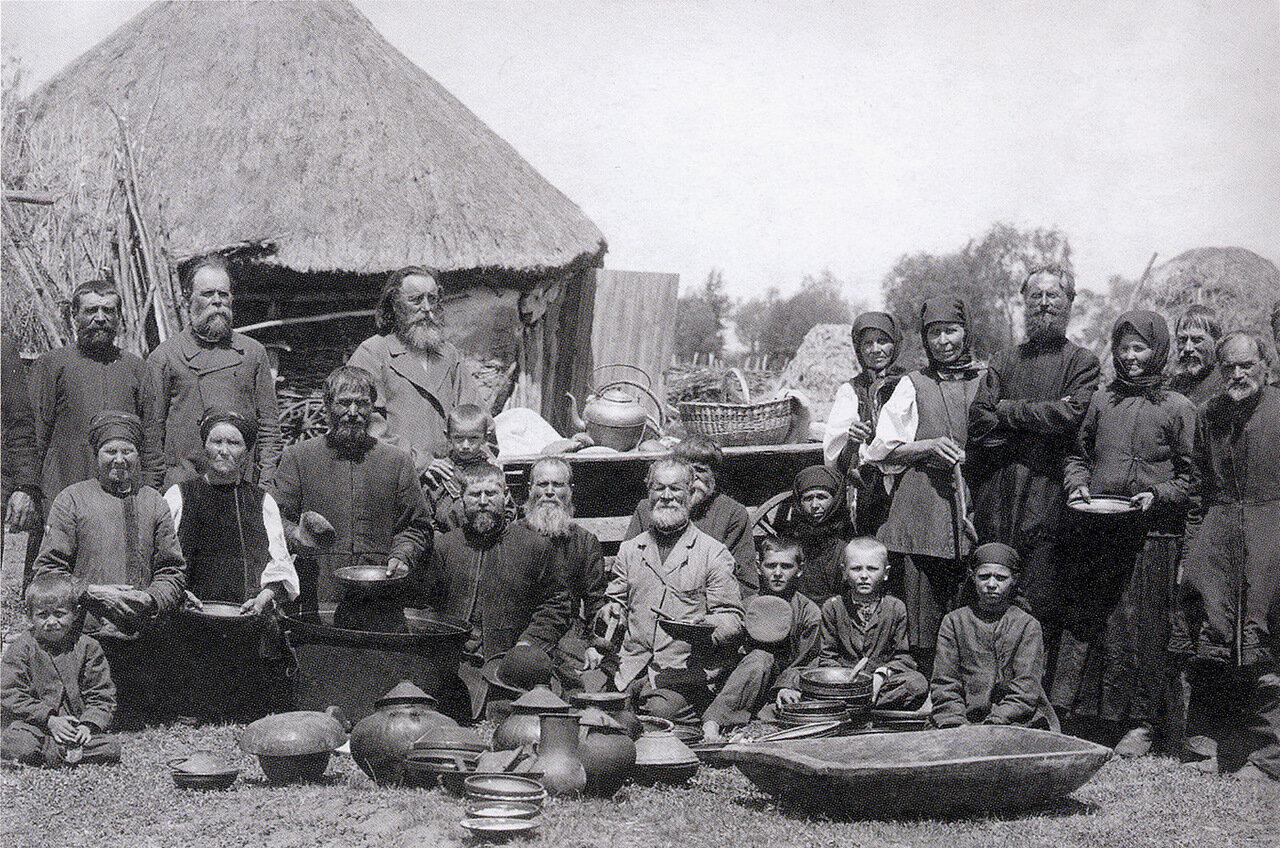 Традиционный обед для сельской бедноты приуроченый к празднику Св. Пантелеймона. Село Самовицы.1893.