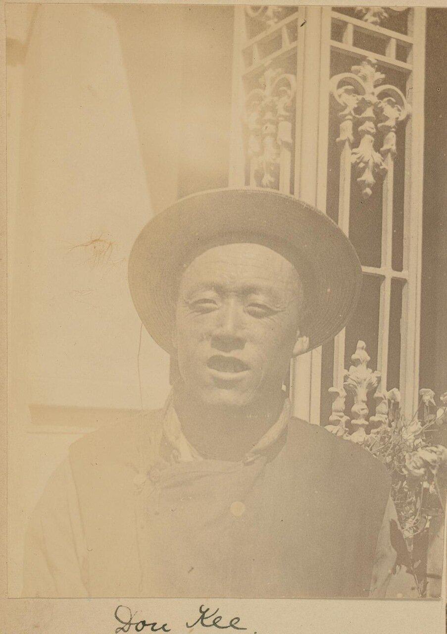 Доу Kи, китайский слуга, у главного входа в дом Смита, 1899