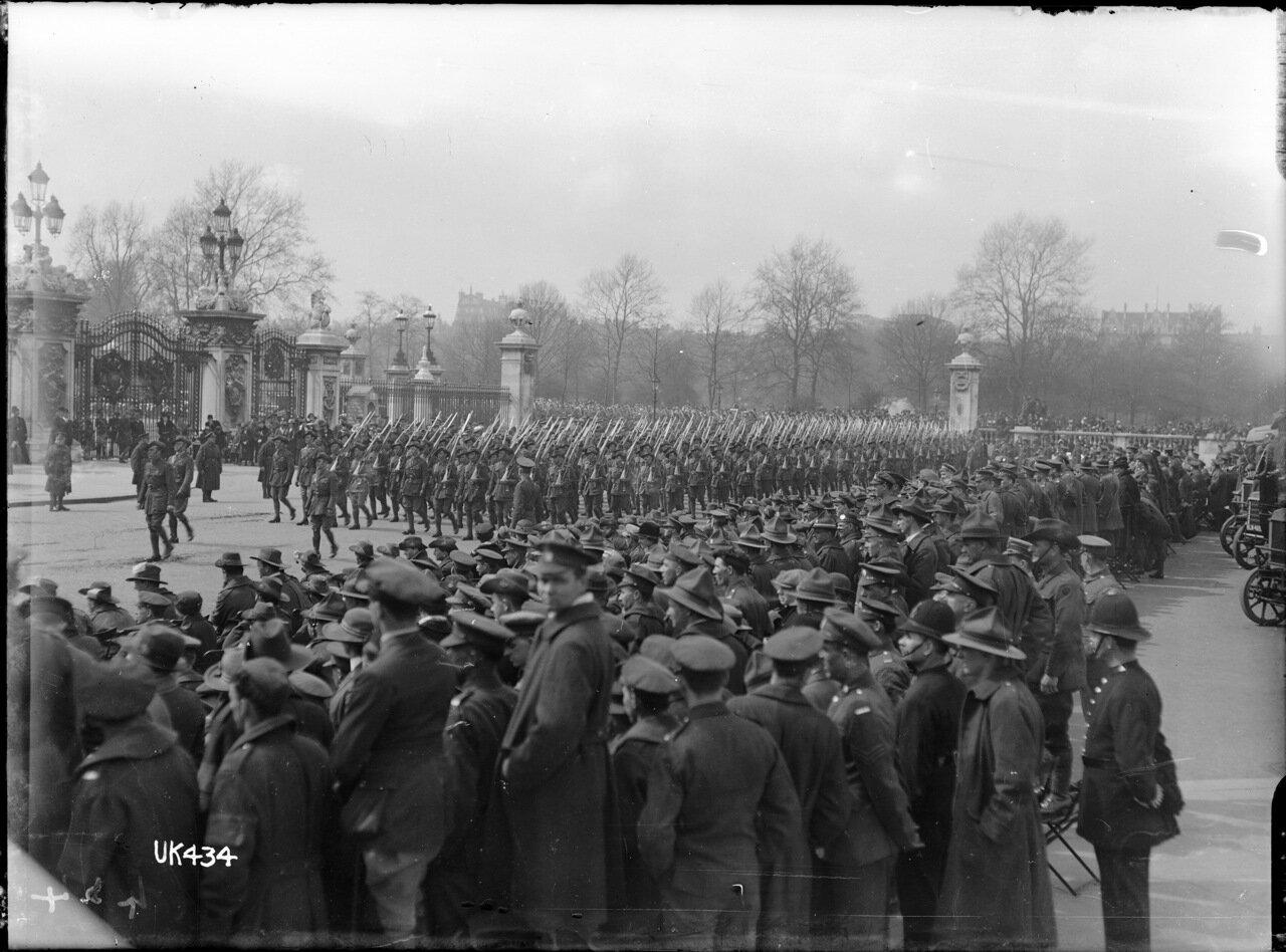 Австралийские войска идут мимо Букингемского дворца