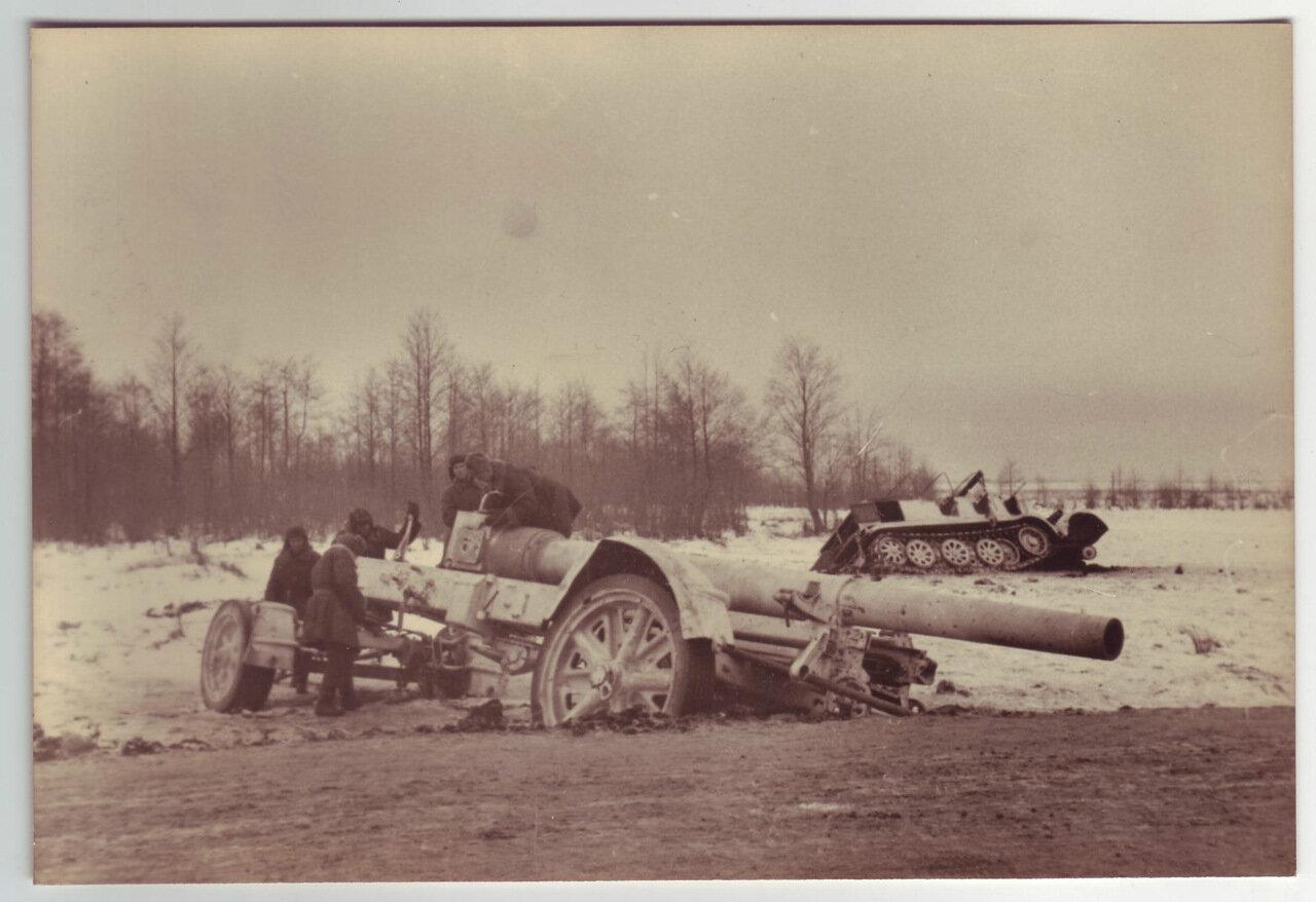 Солдаты разглядывают подбитую SdKfz 6
