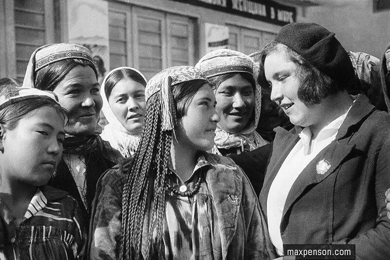 Группа девушек-узбечек с сотрудницей женотдела. 30-е гг.