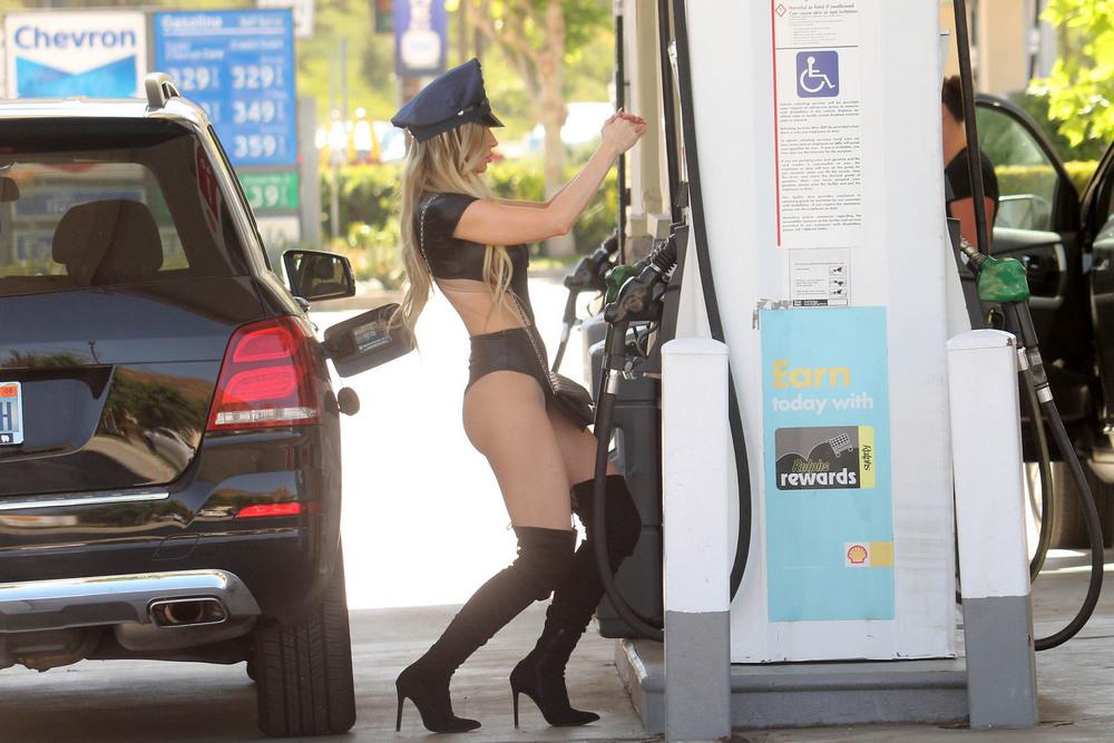 Ана Брага в костюме полицейского