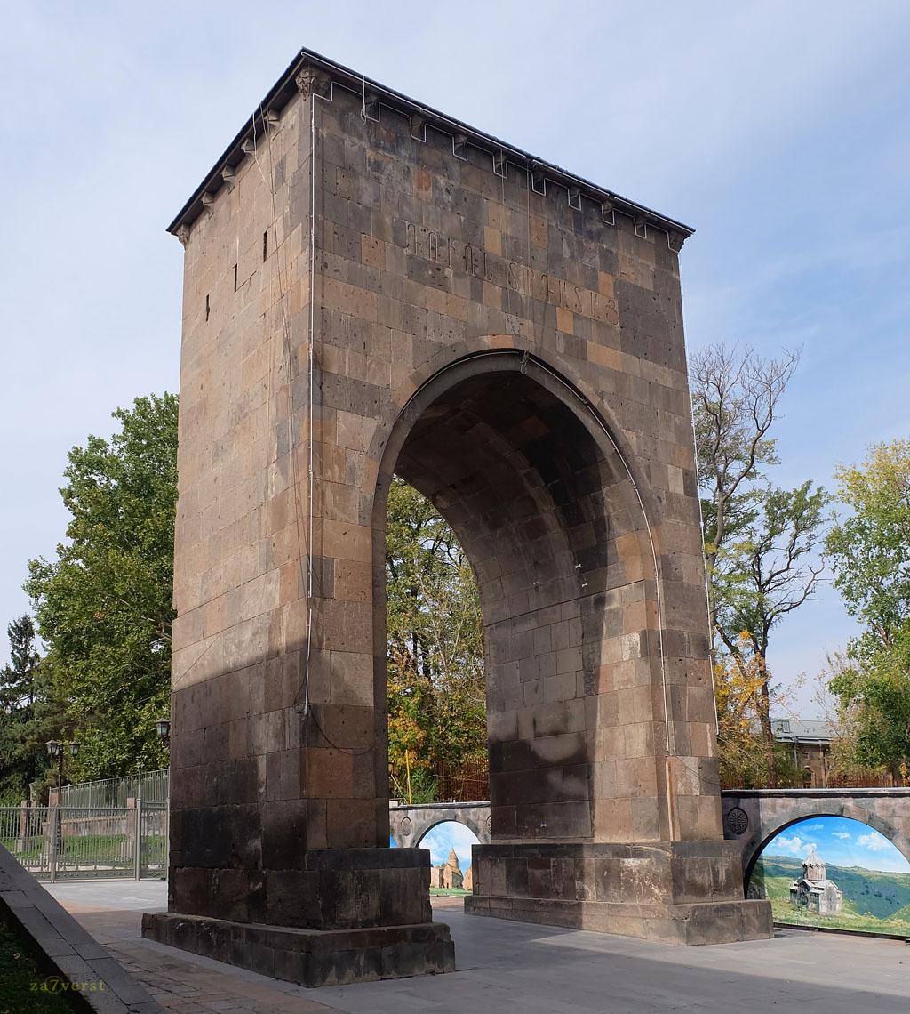 Монастырь Эчмиадзин, Армения, ВоротаТрдата