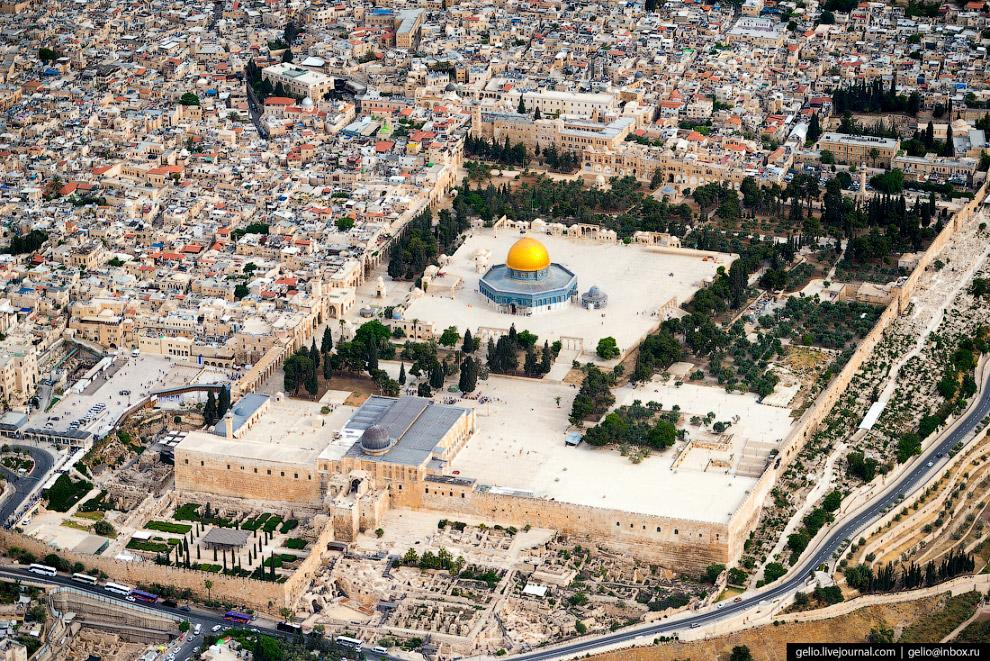 14.  Купол Скалы . Построен в конце VII века н.э. дамасским халифом — над камнем, с к