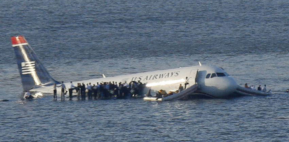 Экипаж благополучно посадил самолёт на воду реки Гудзон в Нью-Йорке. Все находившиеся на его борту 1