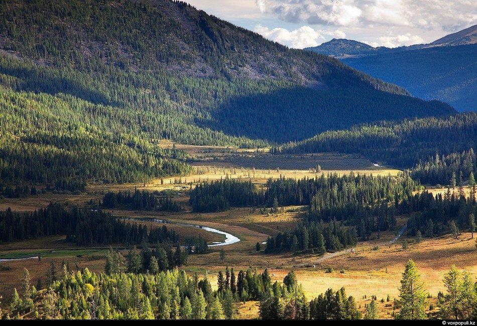 Отличные виды с верхушки одной из гор. Поднявшись на вершину, мы увидели долины двух рек — верховье
