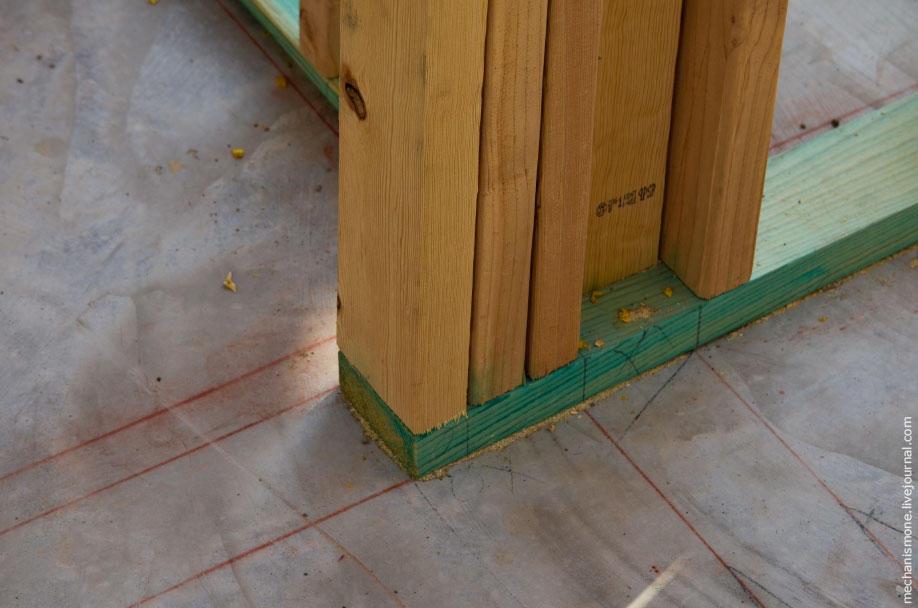 22. Затем на залитой стяжке наносят разметку стен и начинается сборка деревянного каркаса дома.