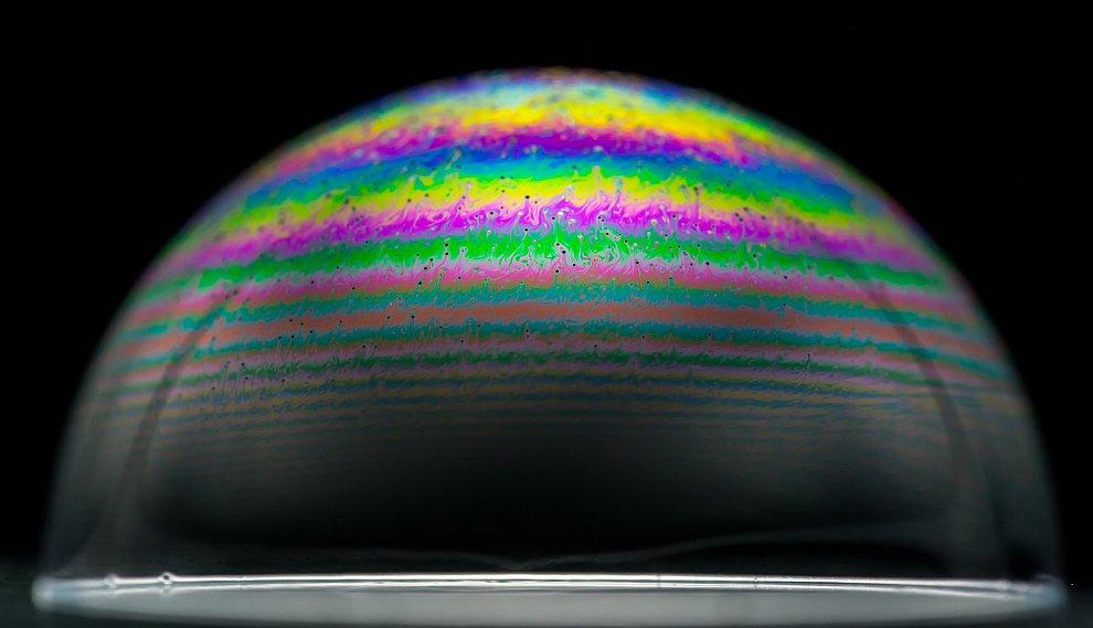 По мере того, как пленка становится тоньше из-за испарения воды, можно наблюдать изменение цвета пуз