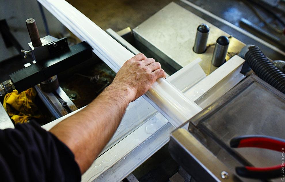 Параллельно работает линия по производству штапиков (узких реек, служащих для укрепления стекол в ка