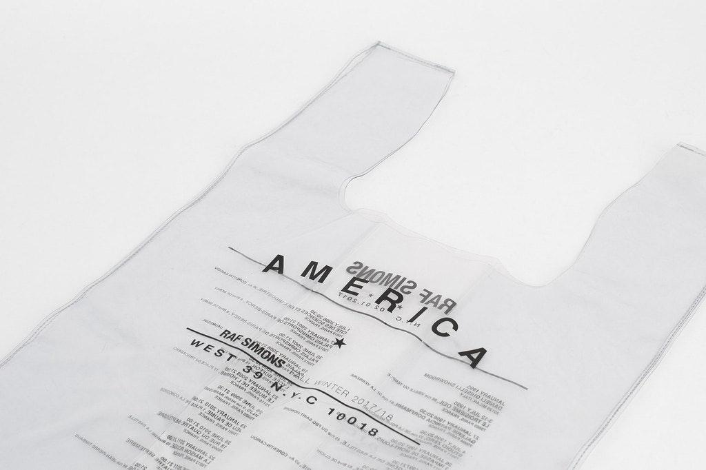 Дизайнерский пластиковый пакет-майка от Раф Симонса продается за 200 евро