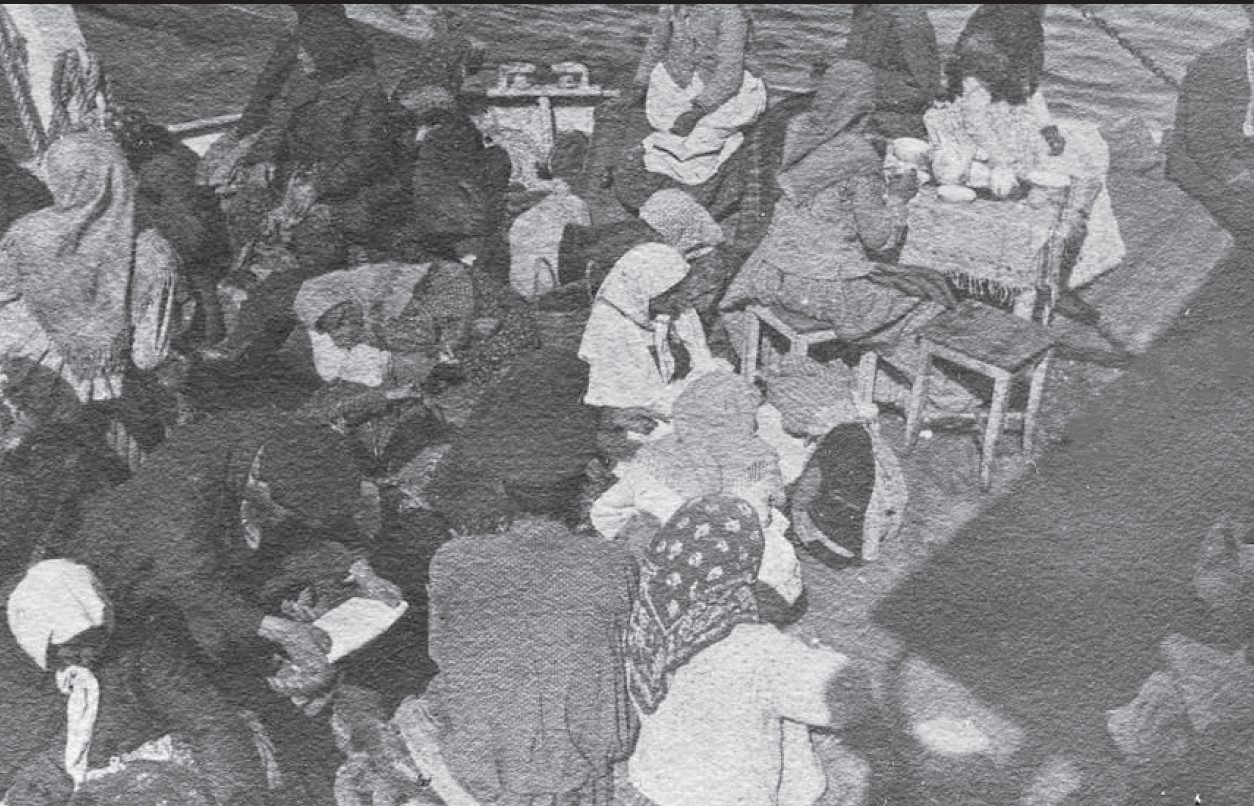 Пассажиры 4 класса на корме парохода