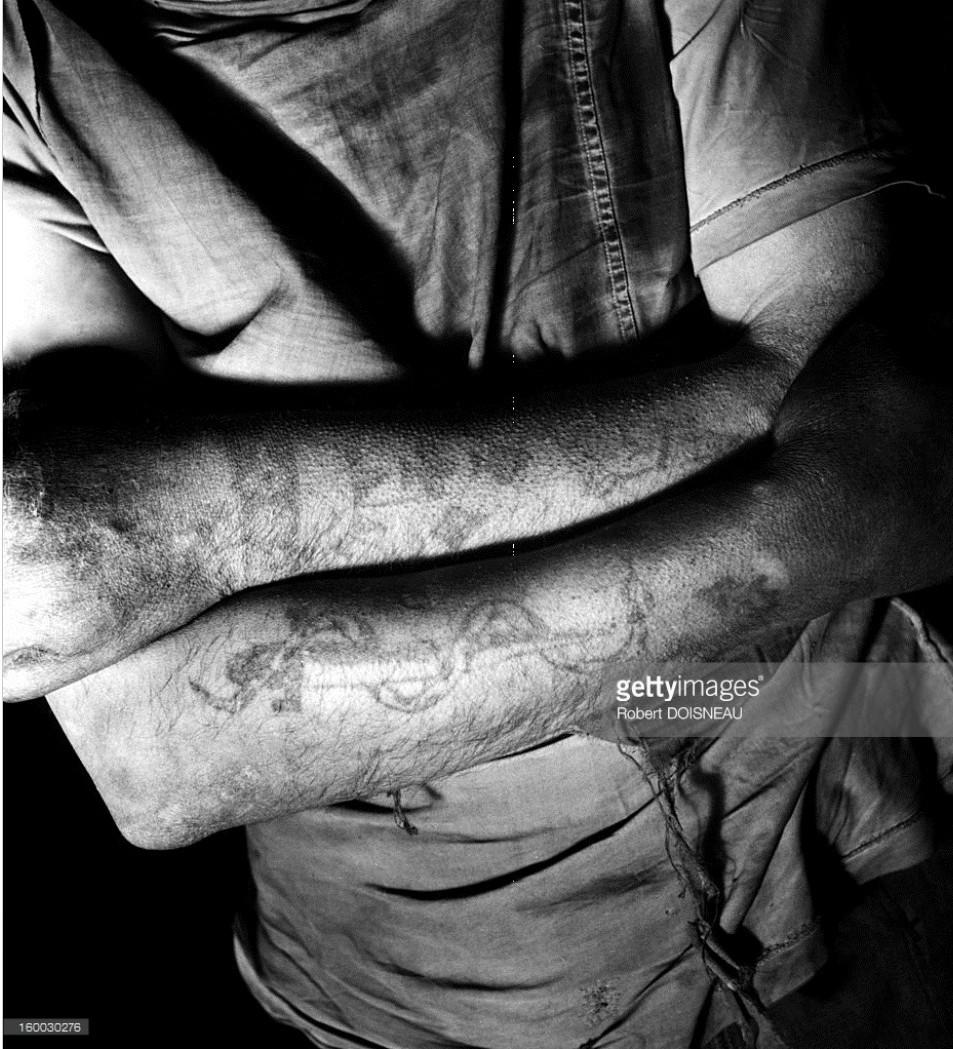 1947. Татуировки на скрещенных руках