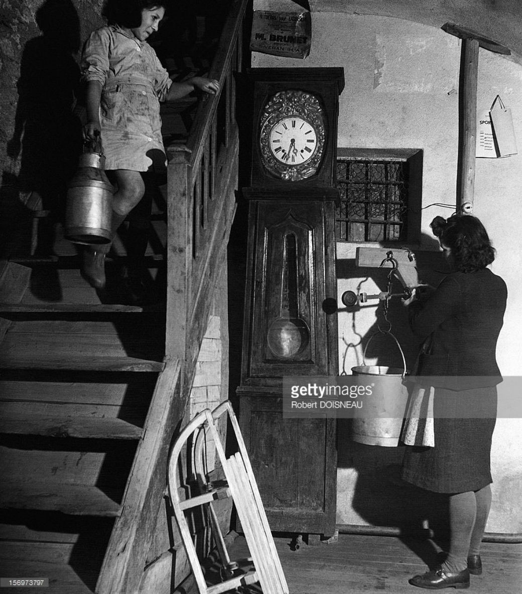 1947. Женщина, взвешивающая молоко, Сен-Веран