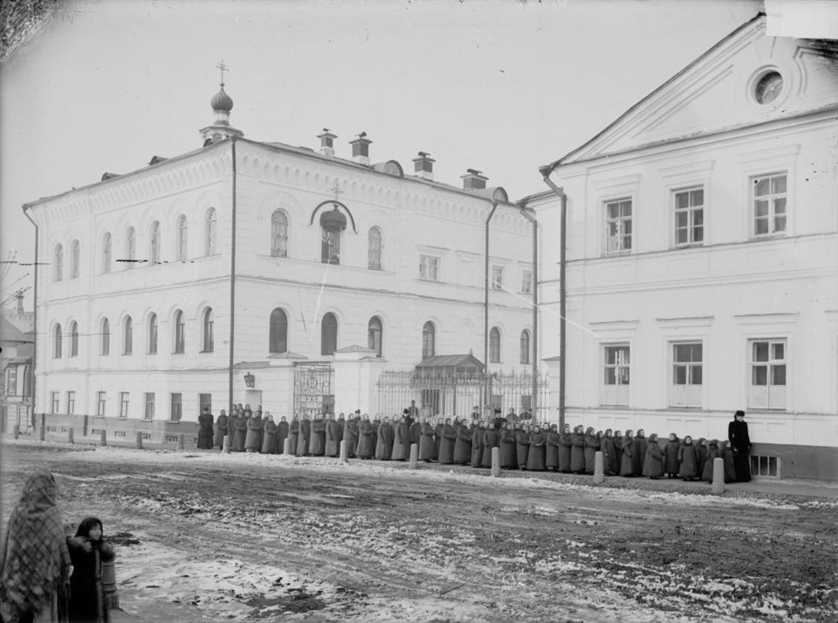 Тихомировский детский приют. Воспитанницы перед зданием