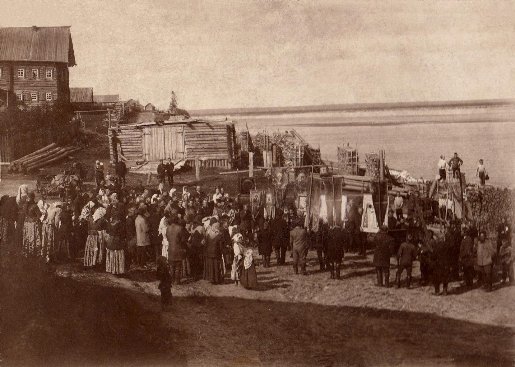 Окрестности Холмогор. Крестный ход на Троицу у переправы через реку Курью (Курейку) в деревне Анашкино. 5 июня 1910
