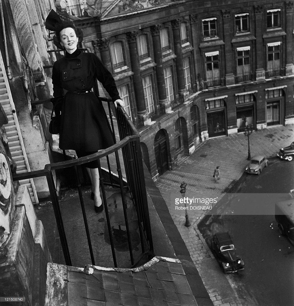 1950. Женщина на балконе, Отель Риц, Вандомская площадь, Париж