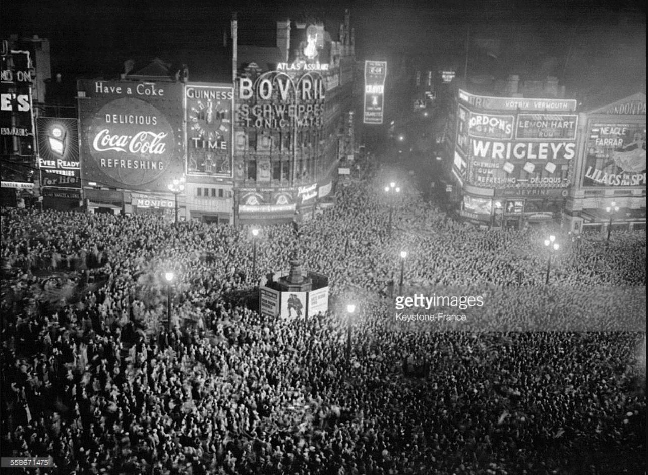 1955. Толпа собралась в Пикадилли, чтобы отпраздновать Новый год
