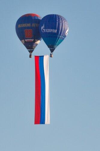 Длинный флаг и два шара