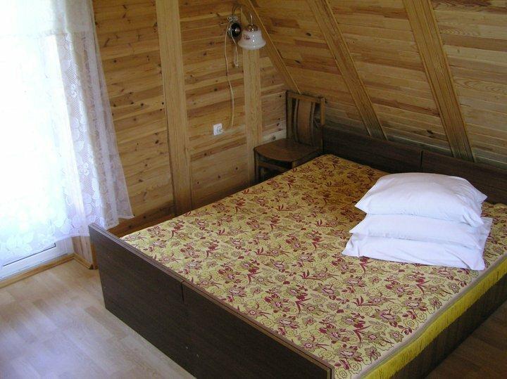Спальня с 1 двухместной и 1 одноместной кроватями