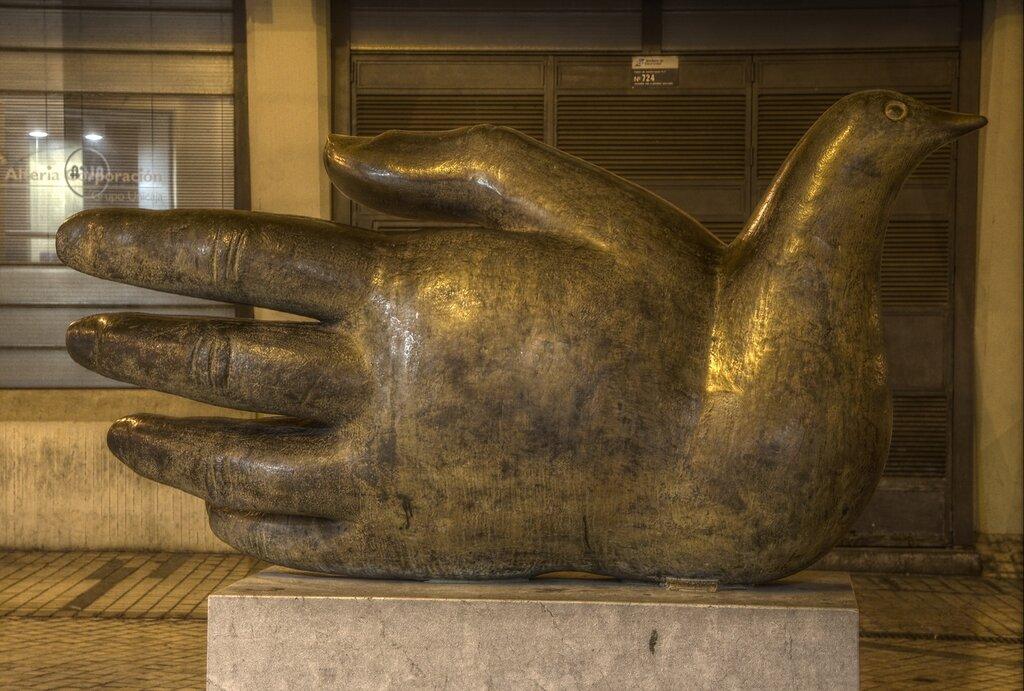 Малага. Скульптура  Ave Quiromantica