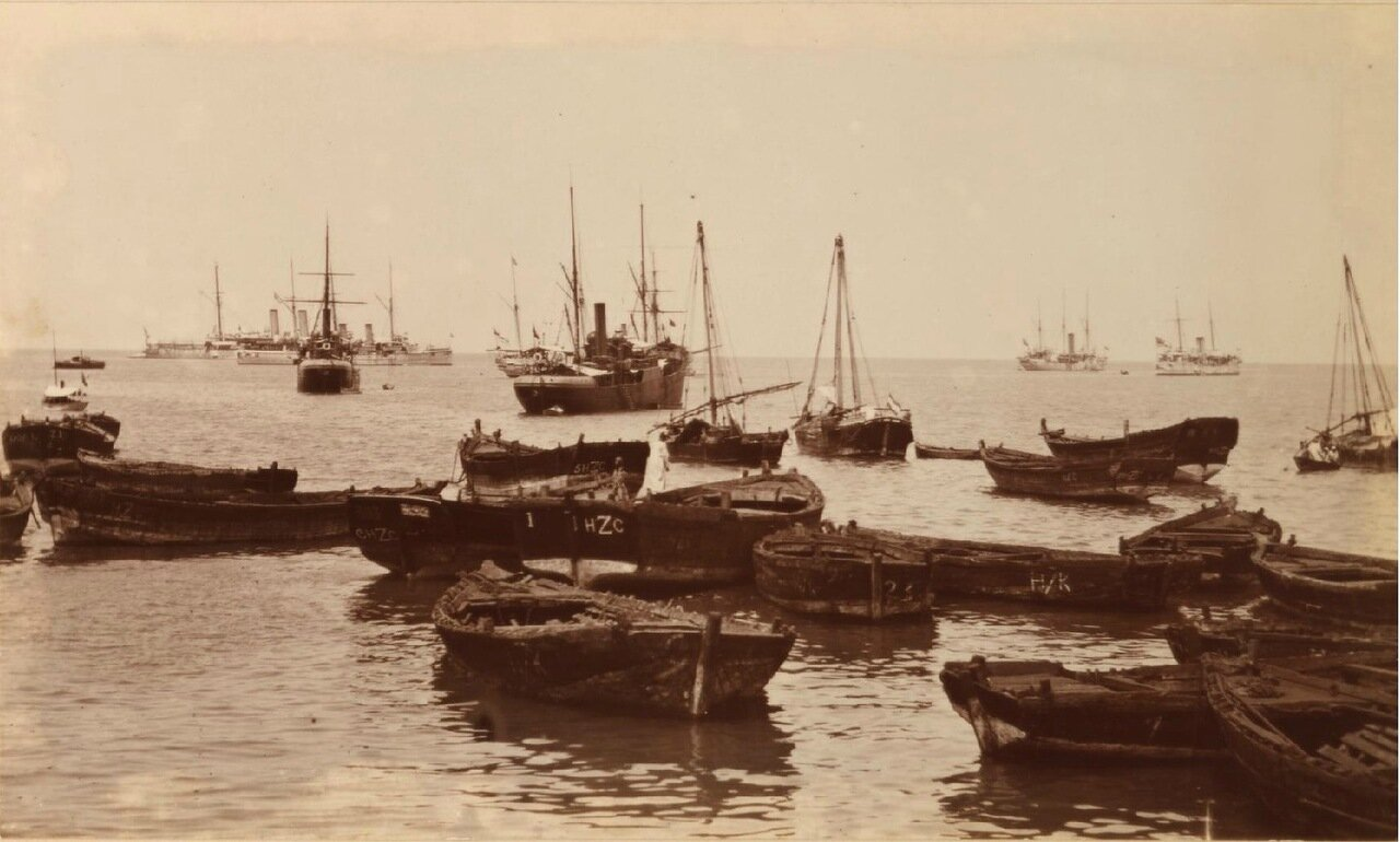 Поврежденные корабли в гавани
