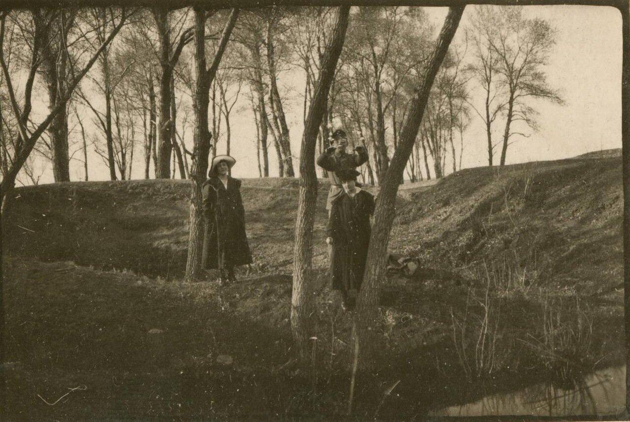 Две местные женщины позируют фотографу.