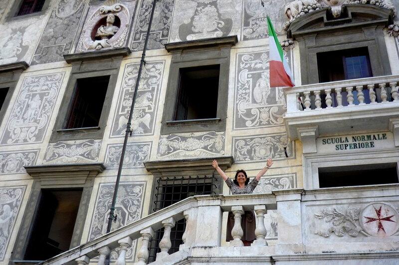Италия 2011г. 27.08-10.09 687Фрагмент здания Кавальери,где серый мрамор сочетается с бело-серым граффито, которым, как ковром ,украшен фасад здания..jpg