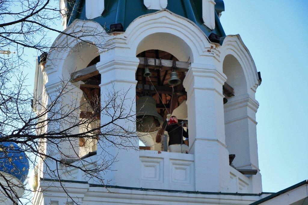 Женщина-звонарь на колокольни церкви Знамения Божией Матери и святых Жен-Мироносиц