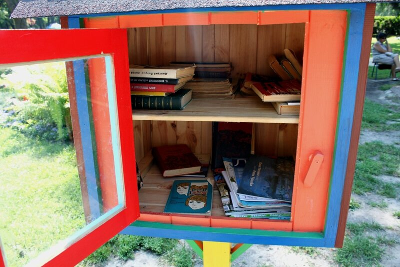 Книги на полках парковой библиотеки