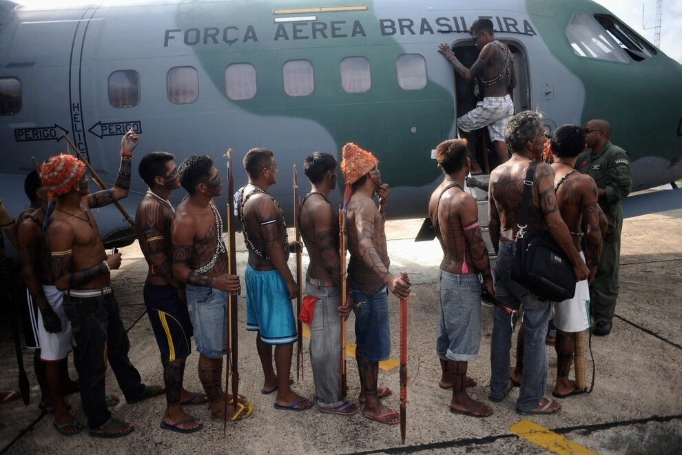 Индейцы мундуруку перед посадкой на самолет бразильских ВВС, Алтамира