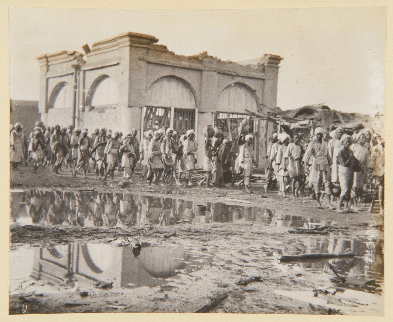Хартум. Заключенные, проходящие через «михраб» дома молитвы Халифа. Сентябрь 1898