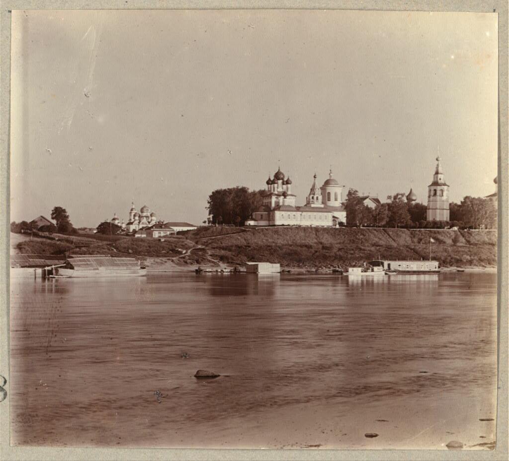 Церковь Димитрия на Крови и колокольня Преображенского собора, на которой висел сосланный колокол.