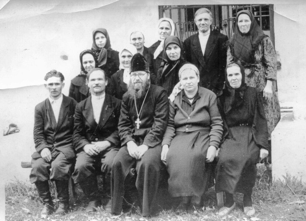 о. Владимир Ткачев с прихожанами