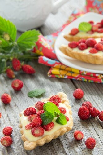 Tartlets with custard and strawberries.