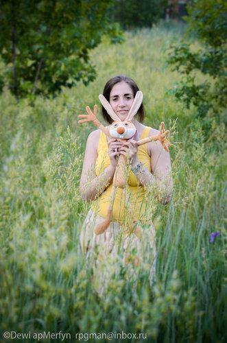 Ольга со свежекупленным зайцем