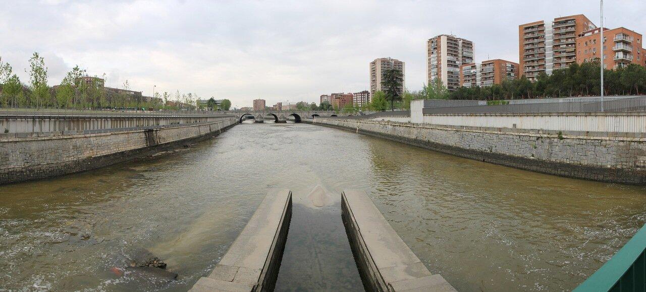 Река Мансанарес (Manzanares) в центре Мадрида